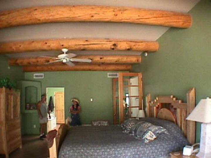 Merveilleux Southwest Bedroom Uses Two Tone Colors On Walls And Ceiling To Highlight  The Large Hand Peeled